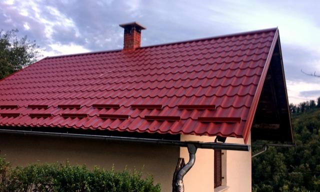 Rdeča kovinska kritina na stanovanjski hiši